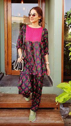 Simple Pakistani Dresses, Pakistani Fashion Casual, Pakistani Dress Design, Pakistani Outfits, Pakistani Kurta Designs, Pakistani Bridal, Girls Dresses Sewing, Stylish Dresses For Girls, Stylish Dress Designs