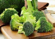 20 Healthy Foods To Eat During Pregnancy Superfoods To Eat During Pregnancy Broccoli Dog Eating, Eating Raw, Healthy Eating, Healthy Foods, Healthy Life, Broccoli Benefits, Broccoli Diet, Growing Broccoli, Fresh Broccoli