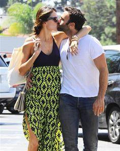 #AlessandraAmbrosio y su esposo Jamie Mazur se dan un #beso muy tierno. http://on-msn.com/1oal7fD