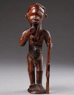 Fétiche masculin Bembé, R.D. Congo XIXe siècle Bois, coquilles et patine soyeuse (petits éclats à la base et manques à la chevelure) H. : 16,5 cm  © photo : Finch and Co