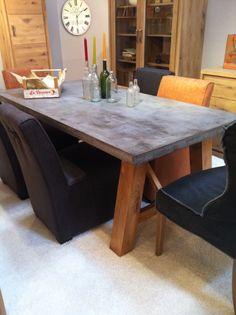 Smart Beton! Esstischgestell aus massiver Eiche. Tischplatte aus Spritzbeton!