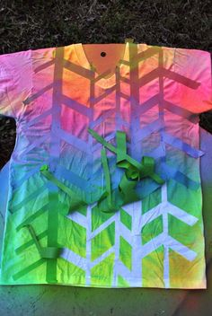 A great alternative ~~ for tie-dye nights (if you've got a big open space) - spray painted shirts! Click through for instructions from Oh So Pretty