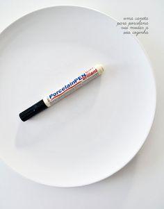 Você com certeza tem pratos brancos e simples na sua casa. Aqueles bem básicos mesmo, que servem para várias ocasiões. Apesar de versáteis, eles podem ser bem sem graças né? Por isso hoje vamos dar uma dica legal de como você pode mudar a cara dessas peças com um mínimo de esforço. A única coisa que você vai precisar é de: uma caneta para desenhar em porcelana! Rá… Nem precisamos dar mais detalhes, certo? Depois de decorados, eles podem ser usados em festas mais especiais, no dia a dia…