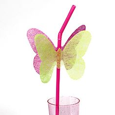 Adorna las pajitas de tu fiesta mariposa con siluetas de mariposas - idea de www.fiestafacil.com / Decorate the straws at your butterfly party with butterfly silhouettes - idea from www.fiestafacil.com