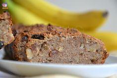 Torta alla banana, una ricetta vegana semplice con farina integrale, senza zucchero, uova, burro e latticini, arricchita con noci e uvetta.