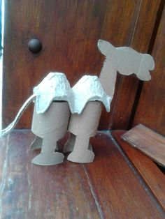 Chameau avec rouleau en carton et boîte à oeuf Bible Crafts For Kids, Diy For Kids, Fun Crafts, Diy And Crafts, Toilet Roll Craft, Toilet Paper Roll Crafts, Paper Crafts, Camel Craft, Zoo Animal Crafts