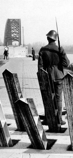 Algemene mobilisatie. Aspergeversperring met schildwacht bij de Waalbrug. Op de… pin by Paolo Marzioli