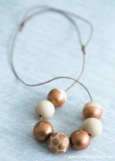 Kopparmålat trähalsbandFör ett par år sedan gjorde jag ett halsband liknande detta, men då ipastellfärger. Den här gången däremot valde jag en metallicfärg med nyans av...