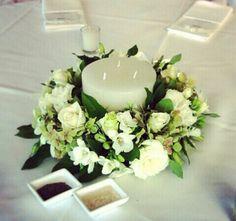 Centro de mesa con corona de flores y vela gruesa. Tus mesas podrán lucir esplendidas!!!
