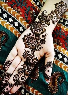 Apart from the beautiful Rajasthani mehndi, the Arabic mehndi designs are much in demands these days. If you want to learn the step by step henna tutorial. Latest Arabic Mehndi Designs, Indian Mehndi Designs, Stylish Mehndi Designs, Mehndi Designs For Girls, Mehndi Designs For Beginners, Beautiful Henna Designs, Mehandi Designs, Mehndi Images, Mehendi