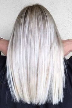 This spring, we love platinum blond. 35 shades of polar blond that will make you crack! Platinum Blonde Hair Color, Blonde Hair Shades, Blonde Color, Ash Blonde, Blonde Straight Hair, Platinum Blonde Highlights, White Blonde, Thin Hair, Ashy Hair