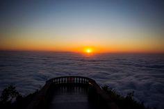 O sol entre as nuvens do amanhecer de 22/setembro/2015, no Parque Nacional da Tijuca. Bom dia, amigos! Foto: Thiago Lontra / Agência O Globo