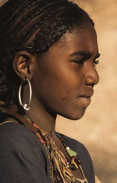 Africa | Tuareg girl.  Timia, Niger | ©Georges Courreges  www.facebook.com/loveswish