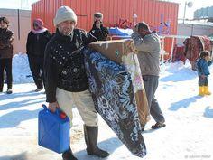 Auch Islamic Relief leistet lebenswichtige Hilfe. So werden in der libanesischen Region Bekaa Steppdecken, Matratzen, Heizgeräte, Kanister mit Treibstoff und Lebensmittelpakete an die Menschen verteilt. In Bagdad versorgt Islamic Flüchtlinge mit Hilfsgütern wie warmer Kleidung, Kissen und Decken.