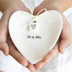 Platito de porcelana en forma de corazón. Ideal para poner las alianzas en una boda. Viene con la caja a conjunto. {Paper dreams}