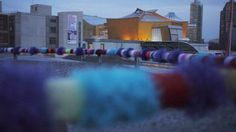 Ungewohnte Ansicht der Berliner Philharmonie. Im Vordergrund: Guerilla Knitting
