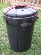 Simple Compost Tumbler... The best part of this is that the boys can roll it around for me and it would be a fun game!
