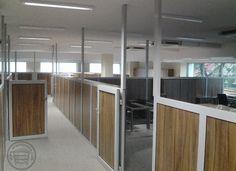 Podział przestrzeni biurowej ściankami w systemie profili aluminiowych, wypełnienie z płyty laminowanej.