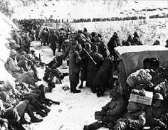 장진 (Chosin) 저수지 정지에서 후퇴 해병대Marines in the retreat from the Changjin (Chosin) reservoir halt while leading elements clear a Chinese roadblock.