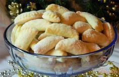 """A szilvalekvárral töltött túrós minitáskácskák egyszerre finomak és szépek is. Nemcsak az ünnepek alkalmával, hanem a sima, """"ünnepmentes"""" napokon is szívesen készítem, mert nagyon-nagyon finom! Vaj helyett margarinnal is készíthetjük, a tésztába viszont se cukor, se tojás nem kerül. A kis táskákat vaníliacukorral elkevert porcukorba kell forgatni, ettől lesznek kellően ízesek és édesek"""