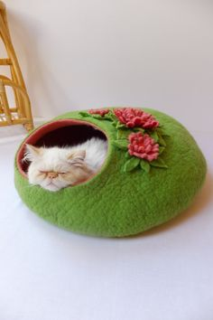 If I had a cat, I would want this one....and the kitty bed!