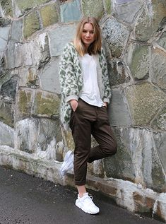 This knitted leopard coat is quite possibly the coolest ever, if we do say so ourselves. Crochet Patron, Knit Crochet, Leopard Coat, Warm And Cozy, Pickles, Knitting Patterns, Normcore, My Style, Sweaters