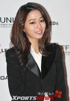 Lee Min Jung receiving Best Newcomer Award at Uniff 2010 Jung So Min, Korean Beauty, Asian Beauty, Natural Beauty, Korean Star, Beautiful Asian Women, Korean Actresses, Kpop Girls, Asian Woman