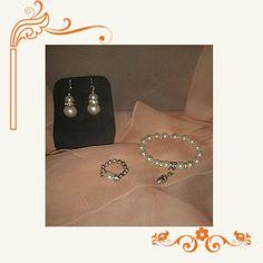 CPPA-170 Pedientes, anillo y pulsera realizado con perlas blancas y piezas de zamak.