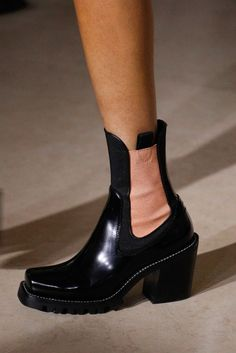 Tendance Chaussures 2017  See detail photos for Louis Vuitton Fall 2017 Ready-to-Wear collection.