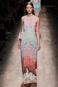 Valentino Spring 2015 Ready-to-Wear Collection Photos - Vogue Fashion Week, Paris Fashion, Love Fashion, Runway Fashion, Spring Fashion, High Fashion, Fashion Show, Fashion Design, Dress Fashion