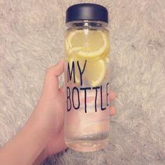輪切りにしたレモンを水や炭酸水と一緒にボトルに入れる作り方もあります。 作り置きや持ち運びができますね。