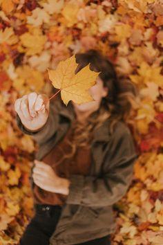 creative photography ideas Portrait Photography Poses, Photography Poses Women, Autumn Photography, Creative Photography, Photography Ideas, Fall Pictures, Fall Photos, Photo Profil Instagram, Shotting Photo
