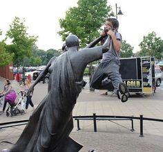 Mais 23 pessoas criativas que sabem como tirar fotos com estátuas | Tá Bonito