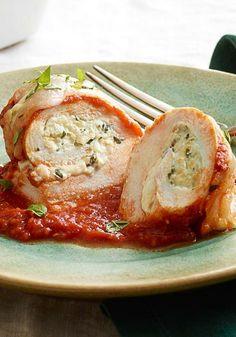 Enrollados de pollo con tomate y albahaca- Pechugas de pollo enrolladas con una mezcla de queso y albahaca con salsa de spaghetti.