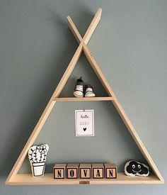 cool is dit? Onze toffe naamblokjes met wat leuke accessoires in een houten…Hoe cool is dit? Onze toffe naamblokjes met wat leuke accessoires in een houten… Geometric Shelf Triangle Shelf Floating Shelf Crystal Baby Boy Rooms, Baby Boy Nurseries, Baby Room Decor, Nursery Decor, Baby Nursery Bedding, Kids Wood, Kids Room Design, Cool Baby Stuff, Kids Bedroom