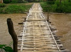 Bamboo bridge over Pai River, Thailand  fotog tomjonescoaley