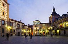 Plaza de la Villa de Madrid ~ 100 cosas que deberías saber sobre Madrid http://www.traveler.es/viajes/rankings/galerias/cien-cosas-sobre-madrid-que-deberias-saber/