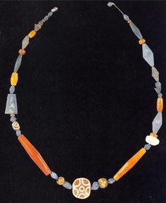 Ожерелье из сердолика и лазурита из Месопотамии