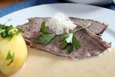 Tafelspitz ein Klassiker - hier lecker mit Meerrettichsauce Austrian Cuisine, Steak, German, Beef, Food, Easy Meals, Food And Drinks, Food Recipes, Deutsch