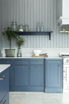Lovely color ocean blue hand painted on ash for the perfect feel and finish. Shaker Kitchen, Kitchen Redo, Kitchen Pantry, New Kitchen, Kitchen Remodel, Kitchen Dining, 2 Colour Kitchen Cabinets, Painting Kitchen Cabinets, Blue Cabinets