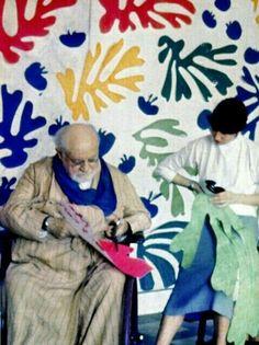 Henry Matisse y ayudante recortando pinturas