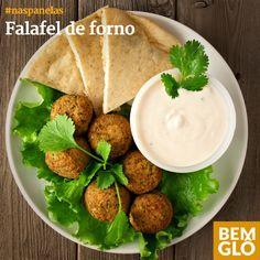 O Falafel, receita tradicional árabe, é uma delícia e fica ainda melhor se feito no forno. Vem aprender a preparar essa opção de lanche gostosa e saudável!