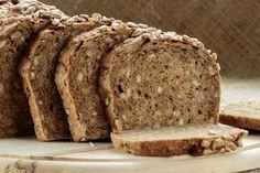 Para deixar o seu pão ainda mais saboroso, acrescente sementes de girassol, uva passa, castanhas na mistura da massa e por cima aveia ou gergelim