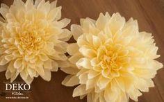 Dahlienblüten aus Krepp-Papier sehen verblüffend echt aus, aber halten ewig! Das Tutorial und die Vorlage der Blütenformen findet Ihr auf www.deko-kitchen.de
