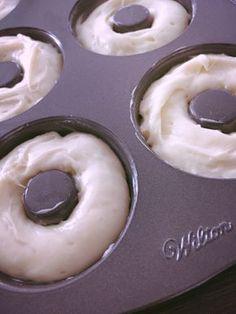Kyllä se on hyvä aloittaa harjoittelu vappua varten, jo ajoissa.  Ja uuden donitsipellin testaus. Ei enää rasvan käryjä Herkkiksen keittiössä! Kun donitsit tehdään uunissa. Nams!!! Finnish Recipes, Bakewell Tart, Dessert Recipes, Desserts, Soul Food, Food Photo, Gluten Free Recipes, Food Inspiration, Bakery