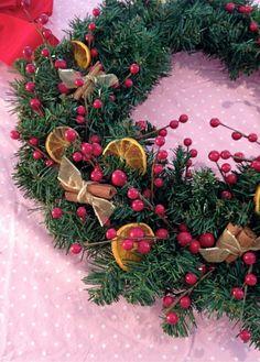 How to Make a Traditional Christmas Wreath #christmas #wreath #wreathmaking