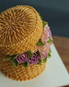 Cake creamy * birthday – basket with roses, beautiful ♥♥♥ – Lace Wedding Cake Ideas Basket Weave Cake, Flower Basket Cake, Cake Basket, Royal Icing Cakes, Royal Icing Flowers, Buttercream Cake, Cupcakes, Cupcake Cakes, Beautiful Cakes