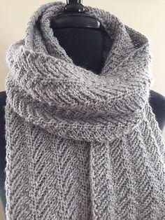Riller. Skønt, superlangt tørklæde i den blødeste uld. Dette tørklæde er meget nemt at lave – det er kun længden af det, der kræver tid! Her i alpaca/uld på pinde 4½.