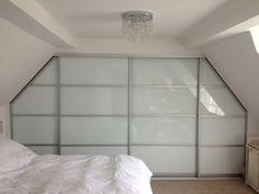 une armoire à portes coulissantes, armoire sous comble