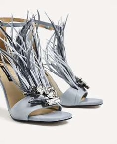 Sandalias con plumas de Zara